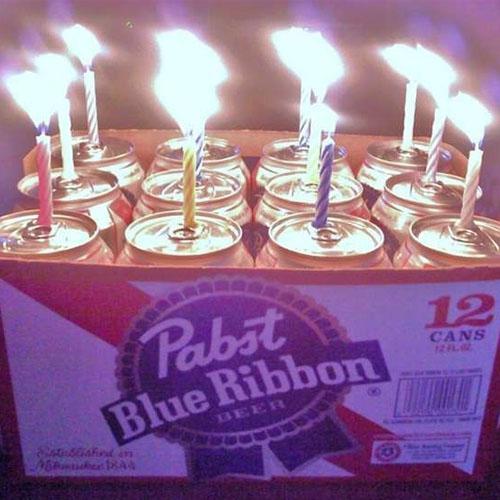 Торт из банок пива и свечами