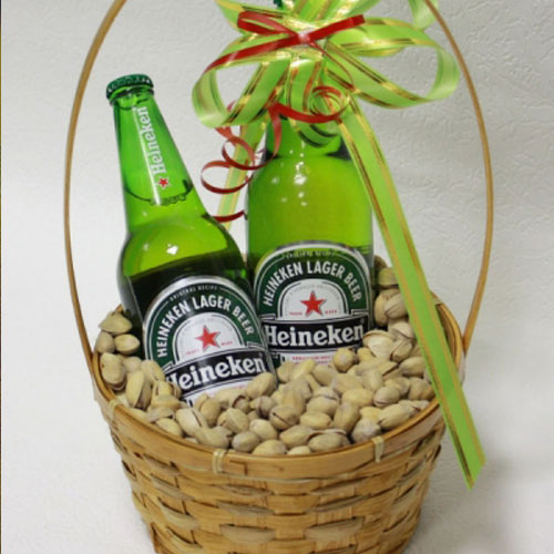Пиво в корзине с орешками