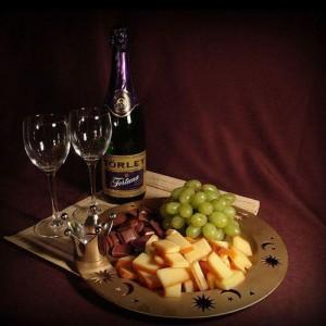 Сыры, виноград и шоколад