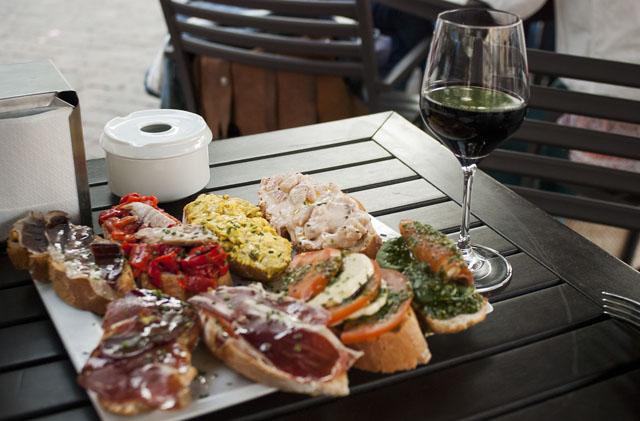 Быстрые закуски к вину бутерброды сыром, ветчиной, балыком, прошуто
