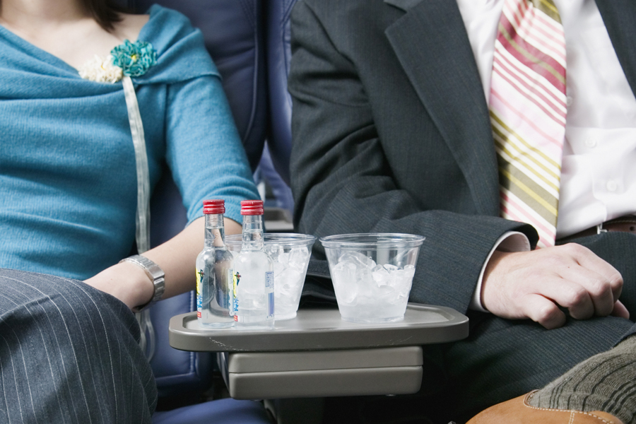 Можно ли пить алкоголь на борту самолета